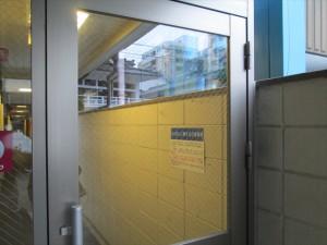 大阪 定期清掃 マンションエントランス 窓清掃03
