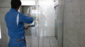 大阪市定期清掃 ビルエントランスガラス清掃02