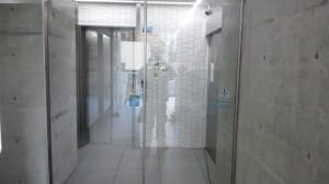 大阪市定期清掃 ビルエントランスガラス清掃03