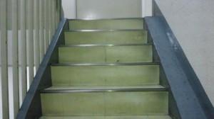 大阪市中央区 オフィスビル清掃 階段の清掃01