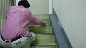 大阪市中央区 オフィスビル清掃 階段の清掃02