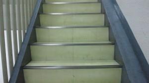 大阪市中央区 オフィスビル清掃 階段の清掃03