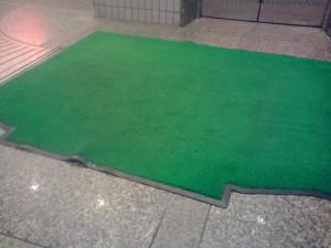 定期清掃 大阪 西中島 マンション エレベーターマットの清掃02