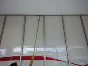 大阪 定期清掃 アミューズメント施設 窓清掃 作業中
