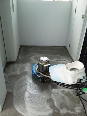 大阪 定期清掃 マンション共有部分 床清掃中