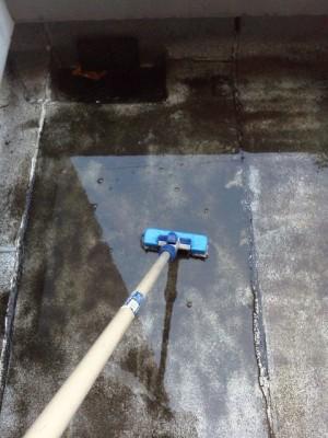 東大阪 定期清掃 マンション屋上の清掃中