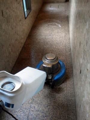 大阪市北区扇町 御影石の床清掃 定期清掃中