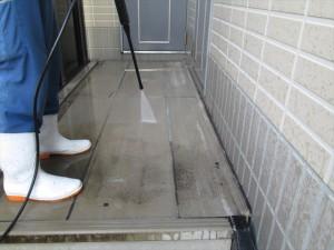 大阪 定期清掃 マンション廊下 高圧洗浄中
